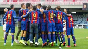 El Barcelona B celebró el título en el Mini Estadi tras ganar al Prat
