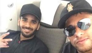 Douglas, junto a Neymar, en un vuelo del FC Barcelona