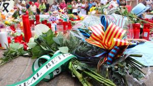 Este es el ramo de flores que depositó la representación del Betis en Las Ramblas