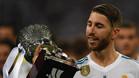 Sergio Ramos, junto a la Supercopa de España conquistada este verano