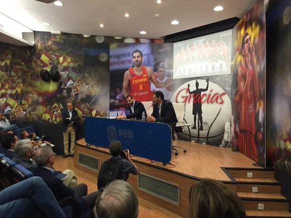 Calder�n anunci� su adi�s en una rueda de prensa en Madrid