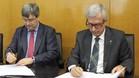 Miguel Cardenal y Josep F�lix Ballesteros firmando un convenio de colaboraci�n