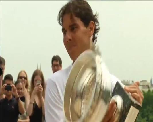 Nadal luce su noveno Roland Garros frente a la Torre Eiffel