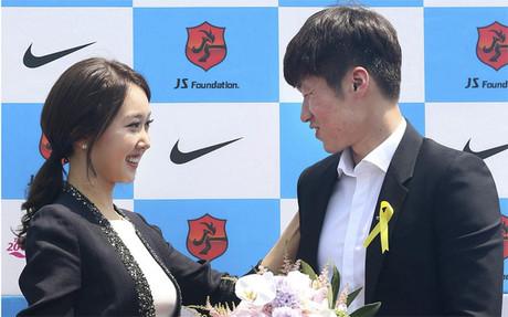 Park Ji-sung acompañado de su prometida Kim Min-ji en la rueda de prensa en Suwon (Corea del Sur) este miércoles 14 de mayo de 2014 para anunciar su retirada del fútbol