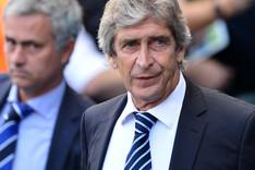 Pellegrini (derecha) con Mourinho al fondo en el City-Chelsea