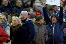 Protestas de los hinchas del Liverpool por los precios de la nueva tribuna de Anfield