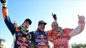 El podio del Dakar: Sam Sunderland, flanqueado por Farrés y Walkner