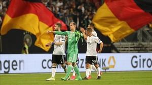 Ter Stegen, Mustafi y Demme celebran la goleada con sus aficionados