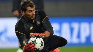 Casillas, en el calentamiento previo al partido ante el Leipzig en el que fue suplente