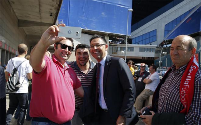 Bartomeu, presidente del FC Barcelona, con unos aficionados