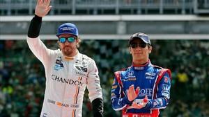 Alonso saludando al público junto a Takuma Sato, el vencedor de las 500 Millas
