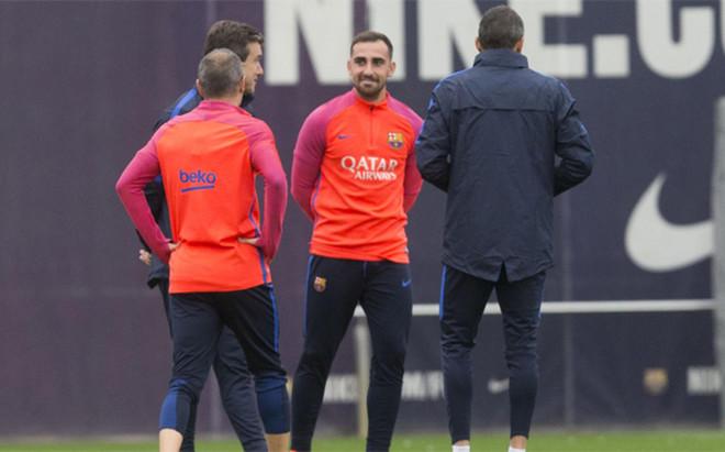 Andr�s Iniesta (de espaldas), situado delante de Unzu�, charla con Luis Enrique y Paco Alc�cer durante el entrenamiento de este viernes