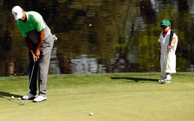 Charlie Woods observa a su padre en el Masters de Augusta