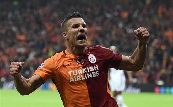 Podolski marc� el gol de la victoria del Galatasaray