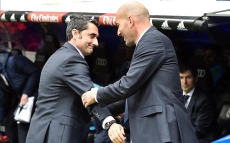 Zidane saluda a Valverde antes del inicio del encuentro