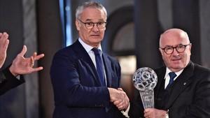 El presidente de la Federación Italiana, Carlo Tavecchio, entrega el galardón a Claudio Ranieri