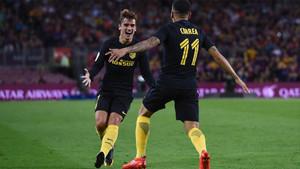 Antoinne Griezmann celebra con su compañero del Atlético Ángel Correa un gol al FC Barcelona