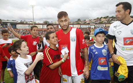 Neymar disfrut� en el amistoso navide�o