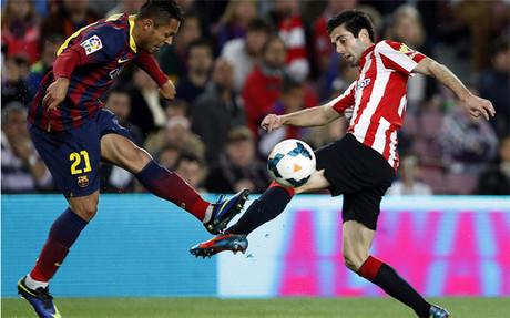 Susaeta y Adriano disputan el balón en el Barça-Athletic Club
