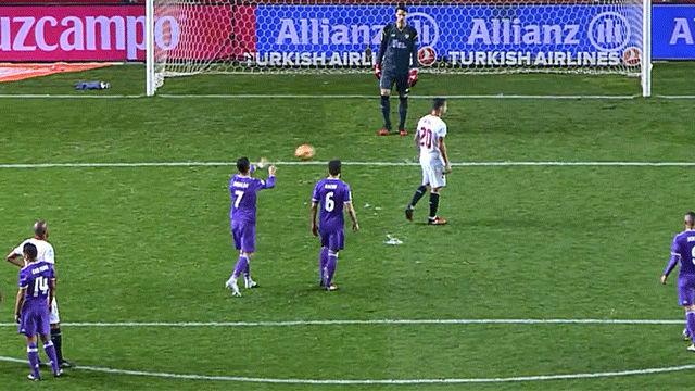 Video resumen: La agresión de Cristiano antes de anotar el penalti en el Sevilla - Real Madrid (2-1)
