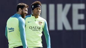Neymar y Leo Messi durante el entrenamiento previo al derbi