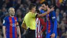 Andrés Iniesta y Sergio Busquets con el árbitro del Barça-Atlético de la Copa del Rey 2016/17, Gil Manzano