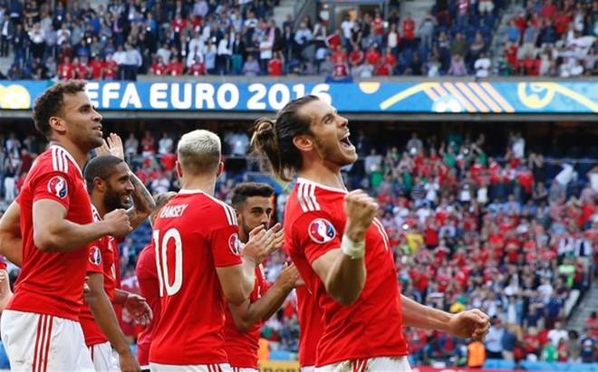 Bale festeja con sus compa�eros el triunfo afortunado de Gales ante Irlanda del Norte