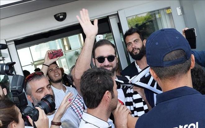 Higua�n, a su llegada a Tur�n para firmar su contrato con la Juventus