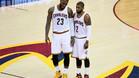 Kyrie Irving y el alero LeBron James