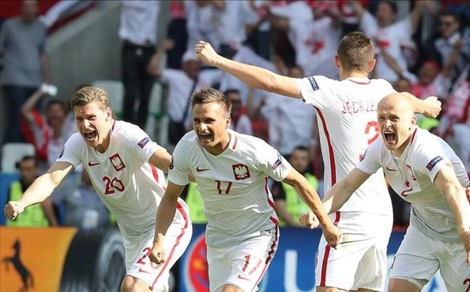 Los futbolistas polacos celebran la clasificaci�n para cuartos