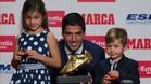 Luis Su�rez recibi� su segunda Bota de Oro de manos de sus hijos Benjam�n y Delfina