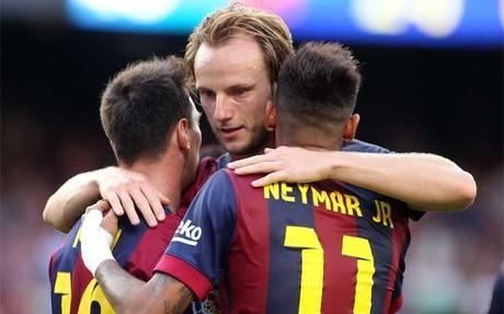 Rakitic celebra con Messi y Neymar un gol en el Bar�a-Granada
