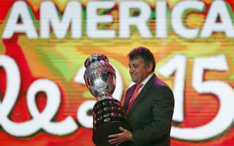 Wilmar Valdez, presidente de la Federaci�n Uruguaya, devuelve el trofeo que se pondr� en juego