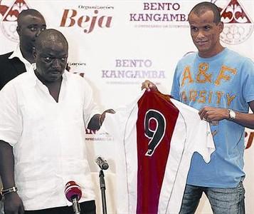 Rivaldo, en el día de su presentación en el Kabuscorp, medita ahora su retirada del fútbol