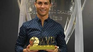Cristiano Ronaldo posa con su nuevo galardón