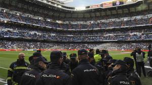 Agentes de la Policía Nacional en el Santiago Bernabéu antes del Real Madrid - FC barcelona de la Liga 2016/17