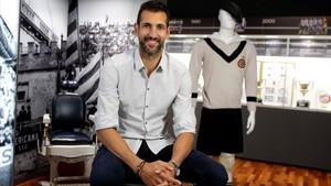 Diego López posa junto a una equipación retro en las oficinas del Espanyol