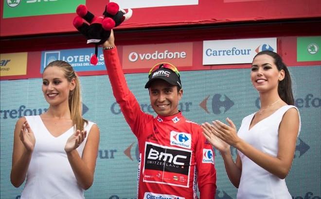 Darwin 'El Puma' Atapuma, en el podio de la Vuelta tras vestirse el maillot rojo