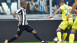 Douglas Costa en un encuentro con la Juventus