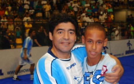 Neymar y Maradona en una fotograf�a hist�rica
