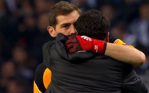 Casillas y Alves se abrazaron en el Oporto - Juve