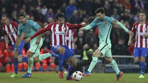 Leo Messi en acción en el último Atlético - FC Barcelona de la Copa del Rey 2016/17