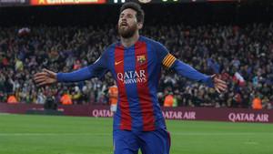 Leo Messi celebra el primero de sus goles en el FC Barcelona - Osasuna de la Liga 2016/17