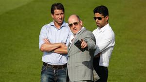 Nasser Al-Khelaifi (derecha), Antero Henrique (centro) y Maxwell Scherrer en las instalaciones Ooredoo del PSG el pasado 4 de julio