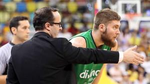 Ocampo dando instrucciones a uno de sus jugadores