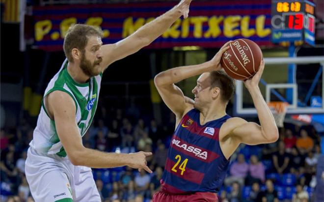 Brad Oleson ante la defensa de Luka Zoric en el duelo disputado en el Palau Blaugrana