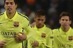 Luis Su�rez, en presencia de Neymar y Messi, celebra uno de sus goles frente al Manchester City (1-2)