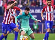 Messi intenta superar a Koke
