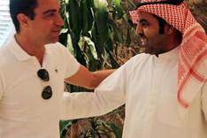 Xavi Hern�ndez saluda a uno delos dirigentes del AlSaad SC