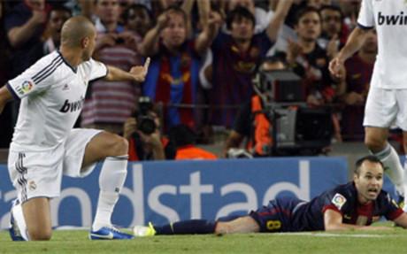 Pepe reclama a Iniesta que se levante